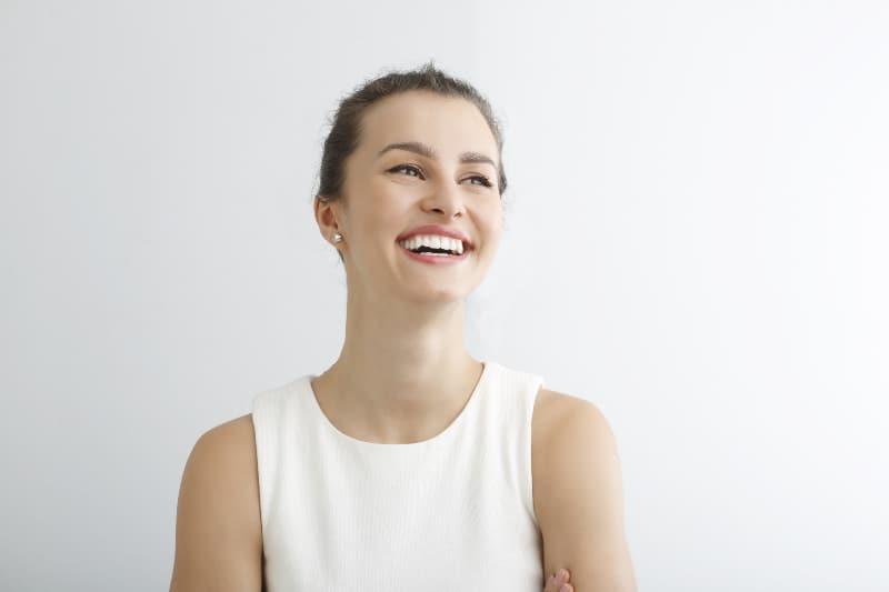 une fille avec un beau large sourire