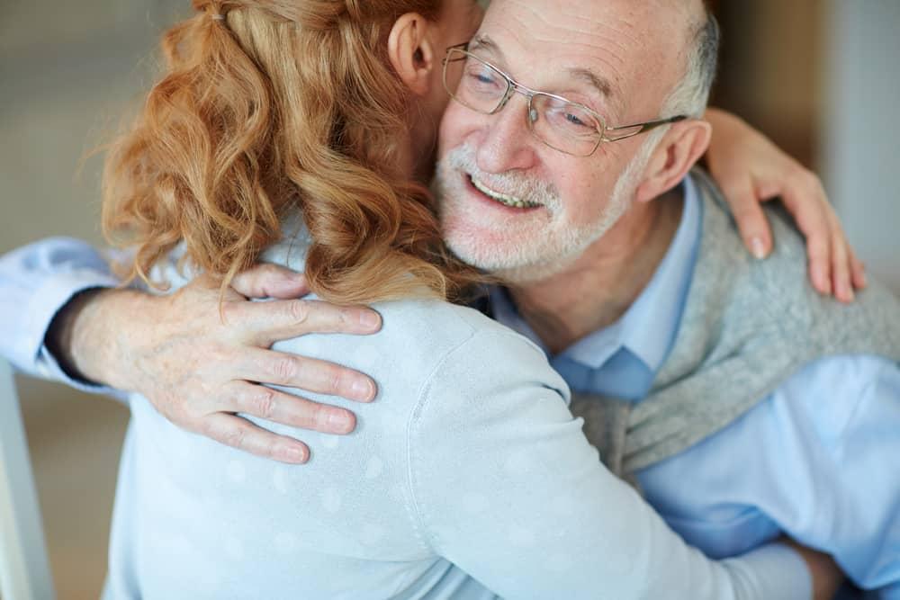 une fille dans les bras de son père
