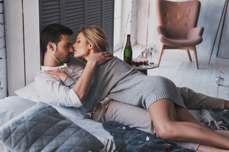 une fille qui séduit un homme au lit