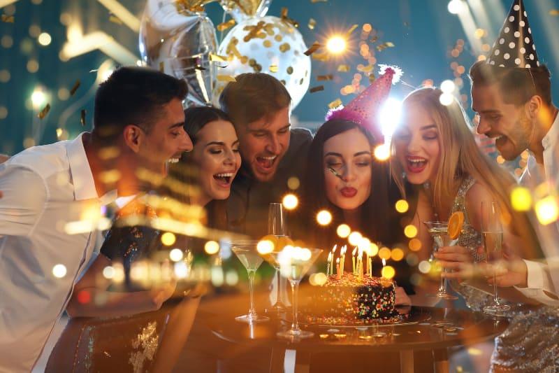 une fille qui souffle des bougies pour son anniversaire