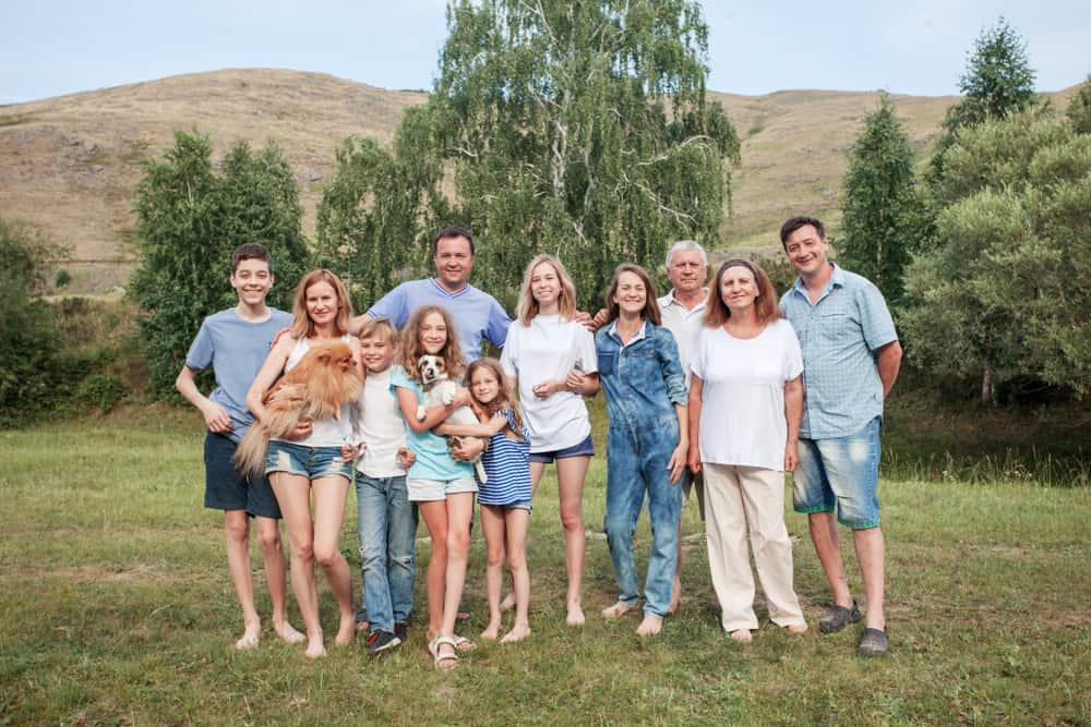 une grande famille heureuse profite du plein air