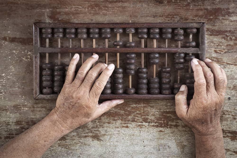 une phosographie d'un vieil abaque sur une table utilisée à la main