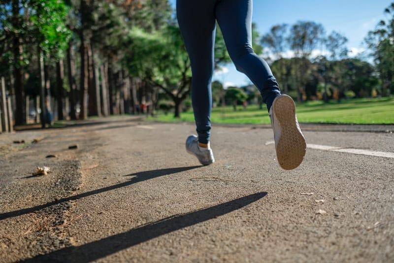 une photographie de la jambe d'une femme qui court