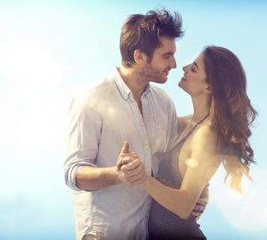 un homme et une femme embrassant une danse