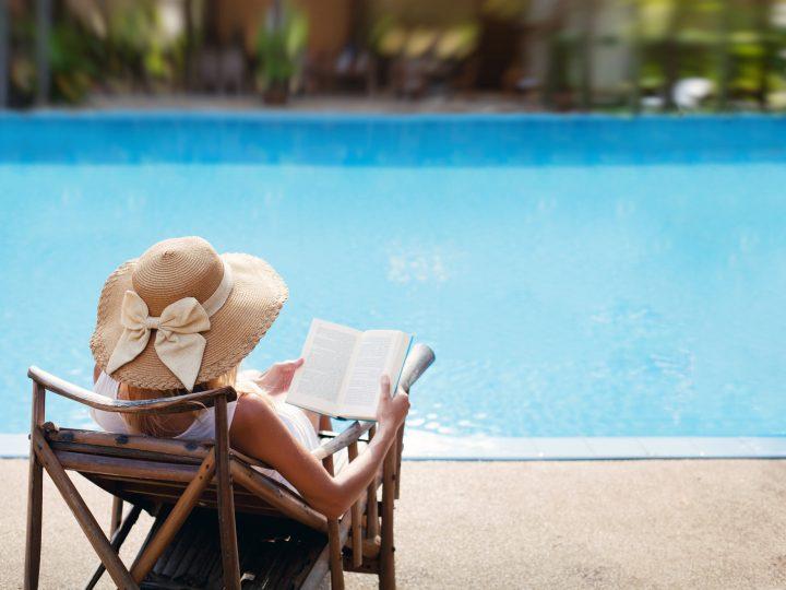 femme calme, appréciant, sur, les, chaise piscine