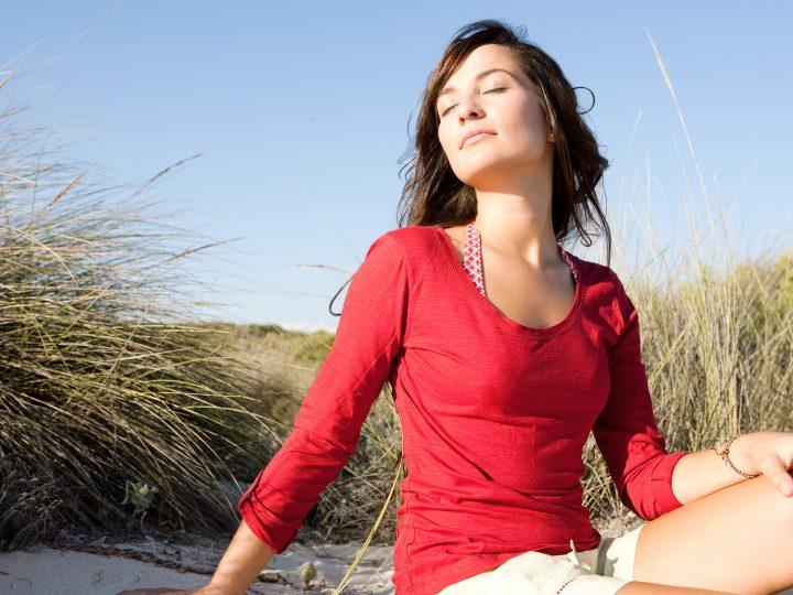 femme calme, profitant du soleil