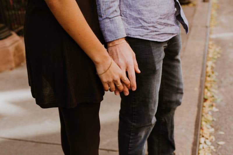 La femme touche la main de l'homme