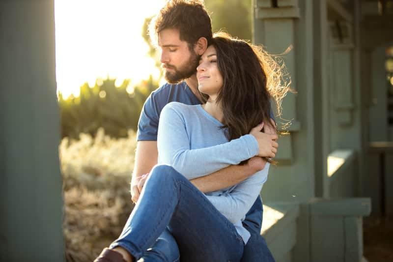 Un couple d'amoureux au parc