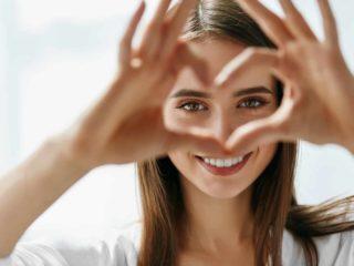 femme, confection, coeur, à, doigts