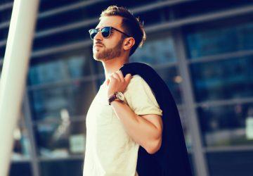 un homme se tient avec des lunettes sur la tête