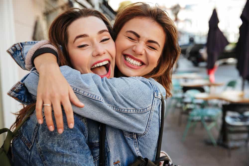 amis étreignent et rient