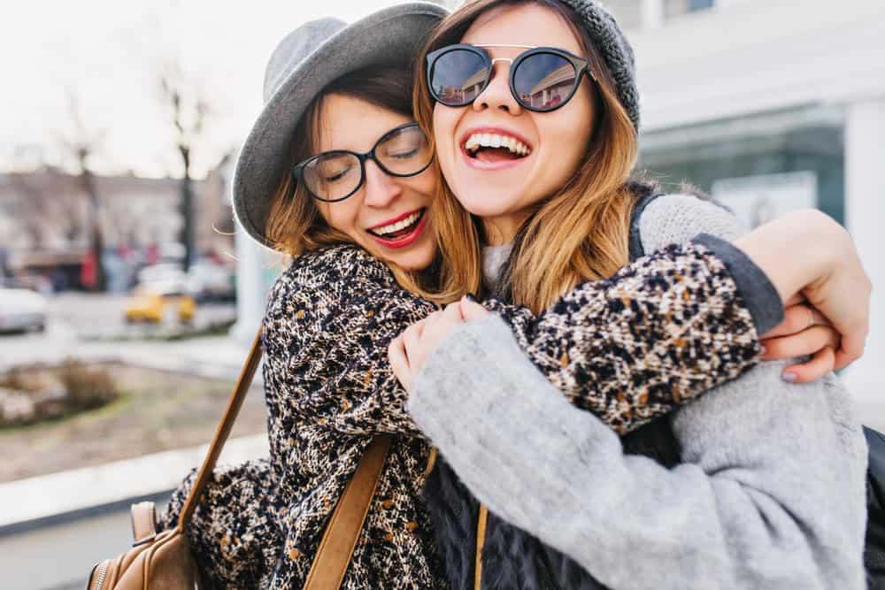 deux amis embrassant