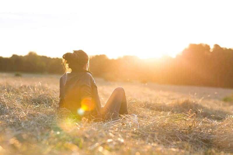 femme assise dans la nature pendant la journée