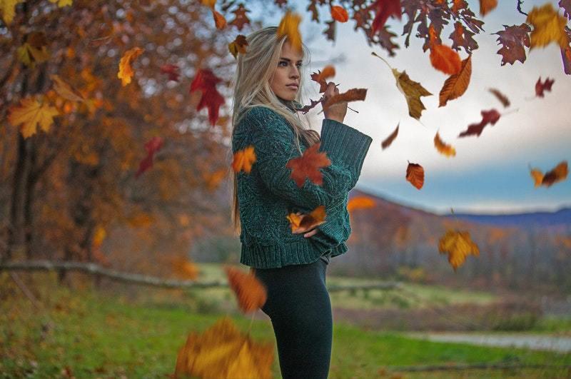 femme posant autour de feuilles brunes