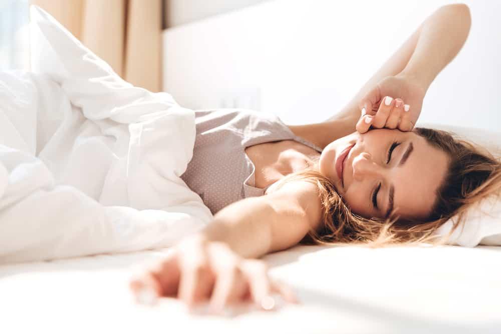 la femme au lit se réveille
