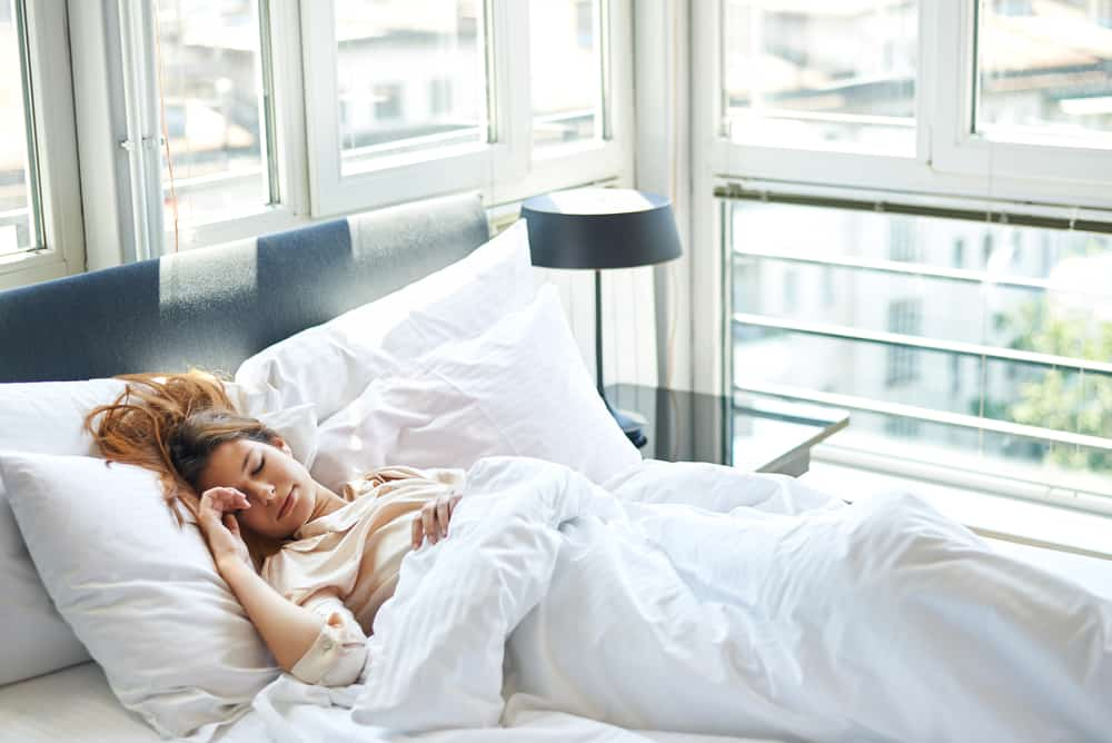 la femme dort dans son lit