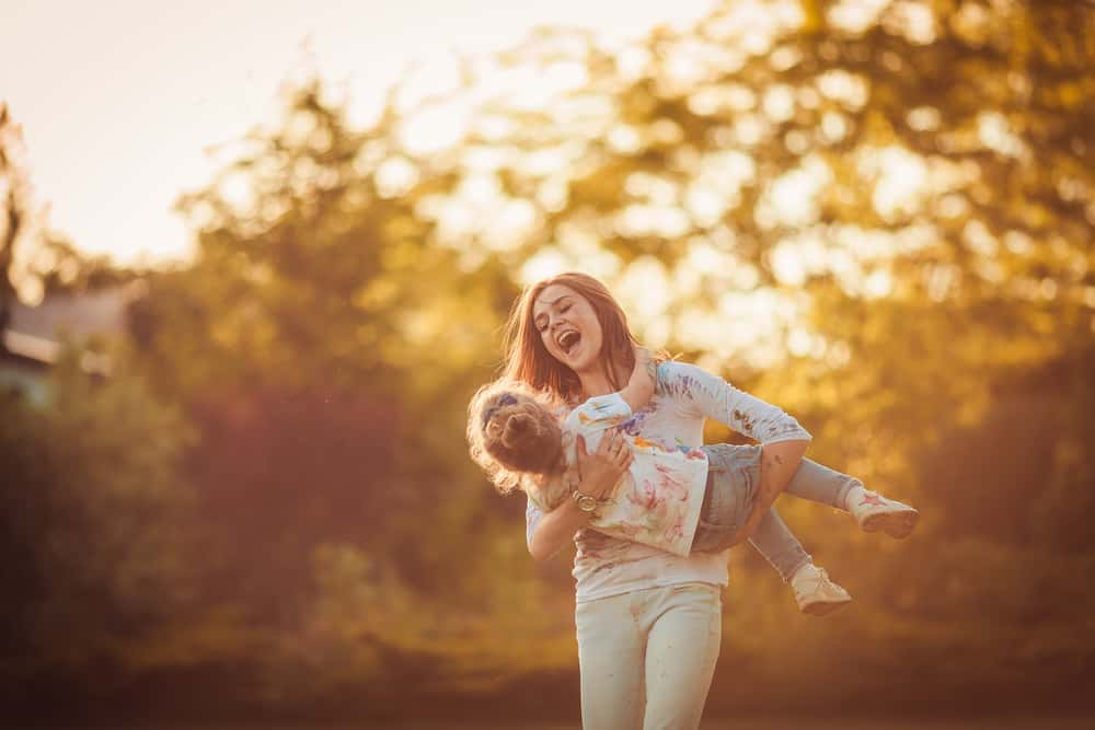 la femme porte l'enfant et court