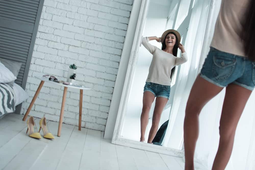 la femme regarde dans le miroir