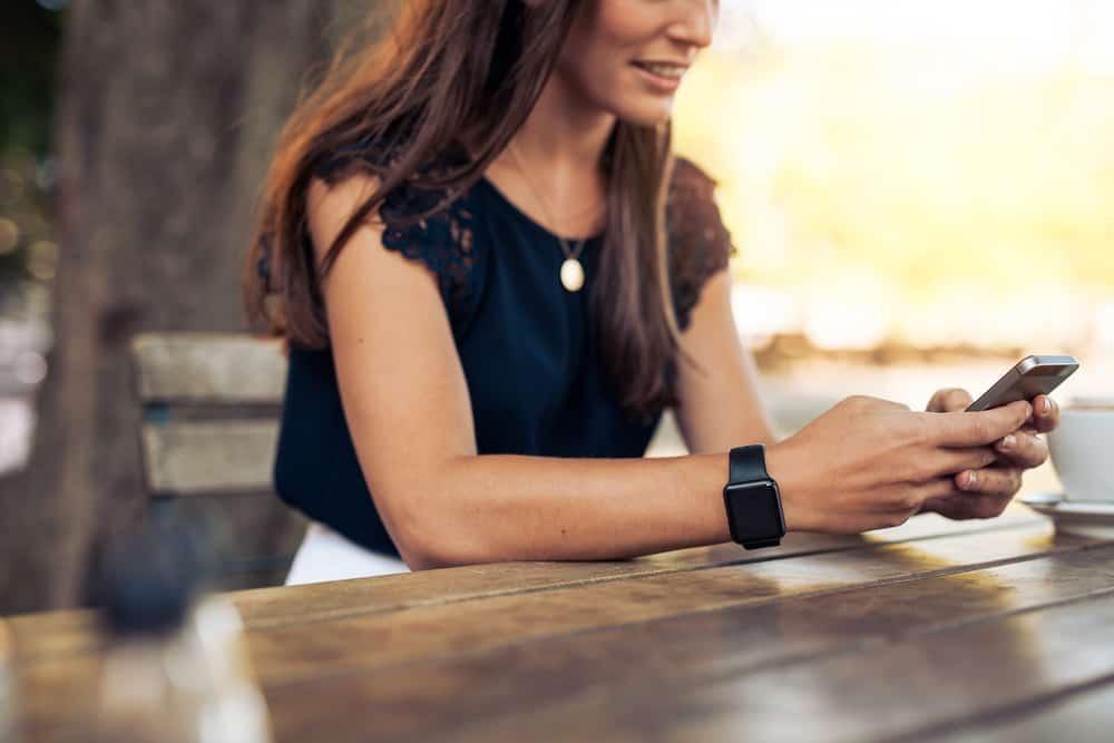 la femme s'assoit à la table et écrit un message