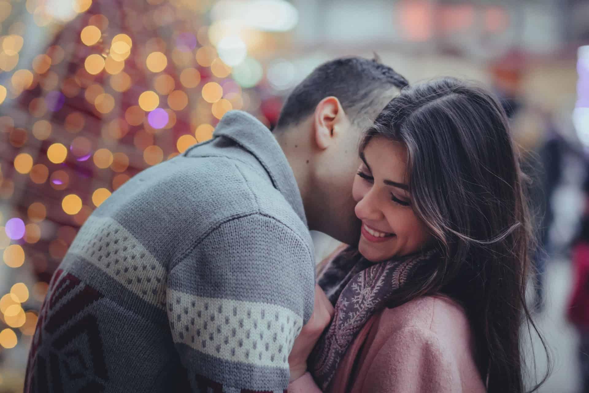 l'homme embrasse la femme et l'embrasse sur le cou