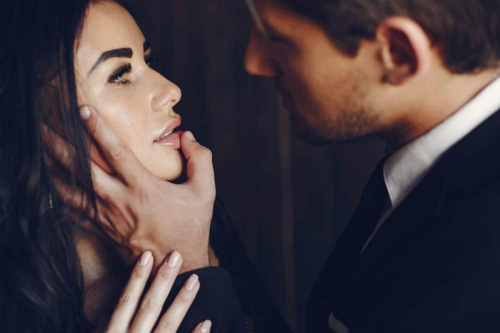 l'homme touche les lèvres de la femme avec son doigt