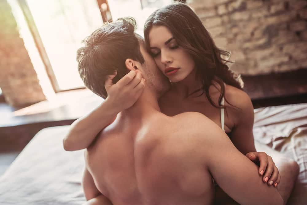 un homme embrasse une femme sur le cou