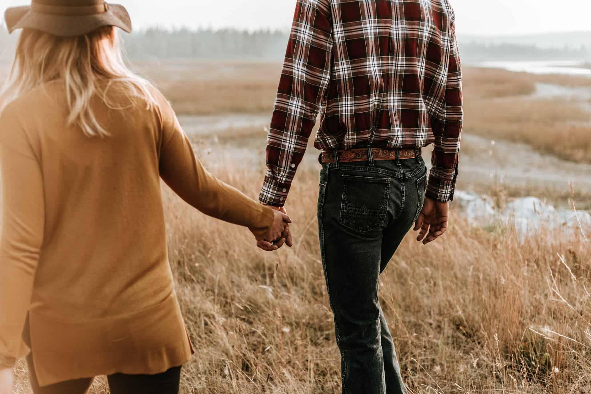un homme et se tenir la main en marchant