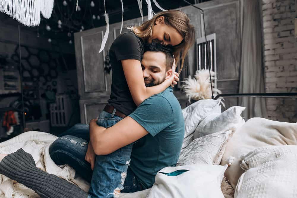 un homme et une femme embrassant