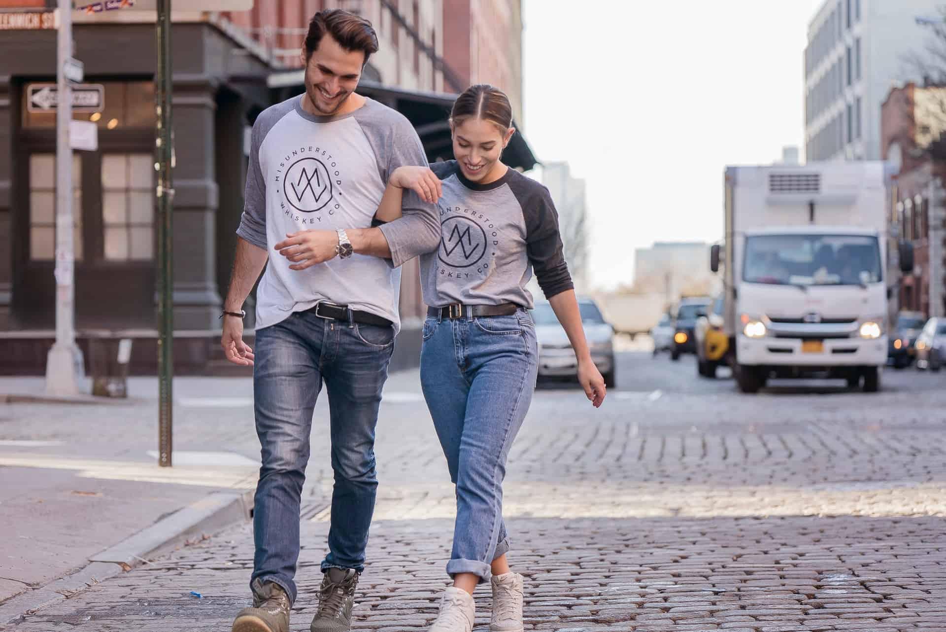 un homme et une femme marchent dans la rue