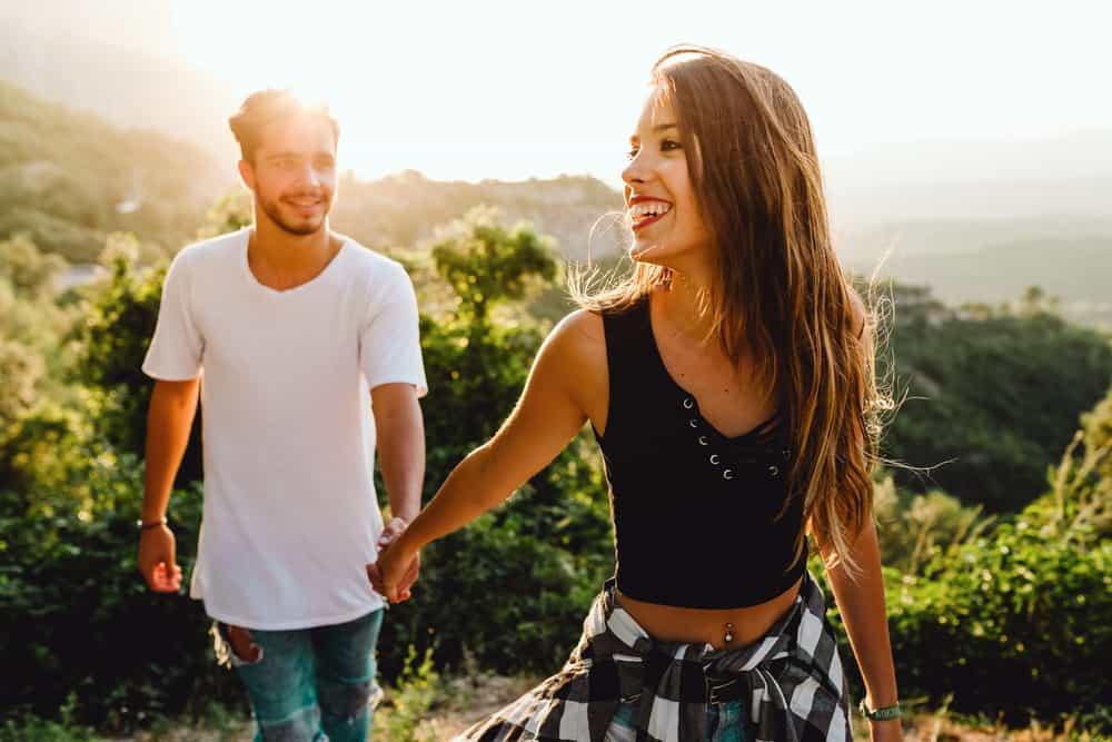 un homme et une femme qui court main dans la main