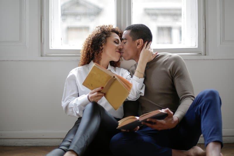 un homme et une femme s'embrassant sur le sol