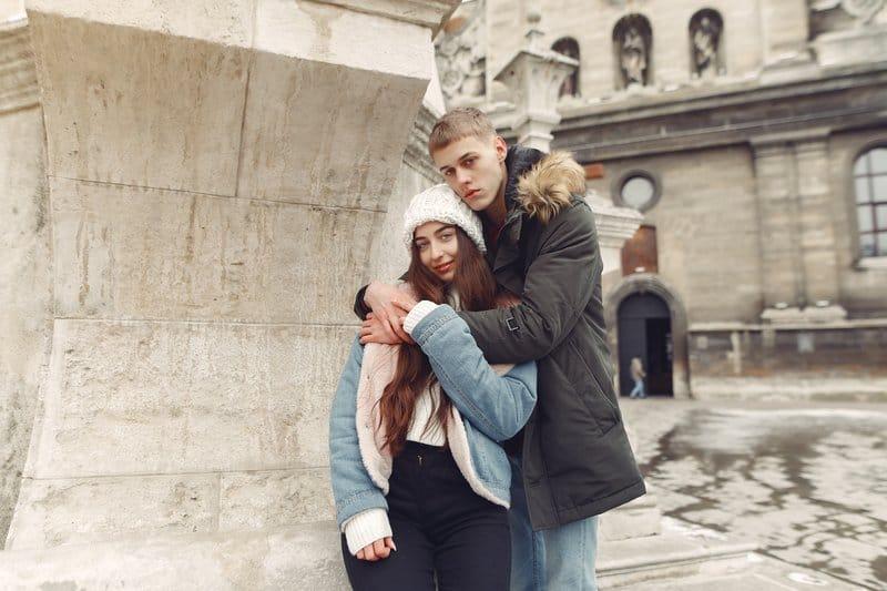 un homme et une femme s'embrassent