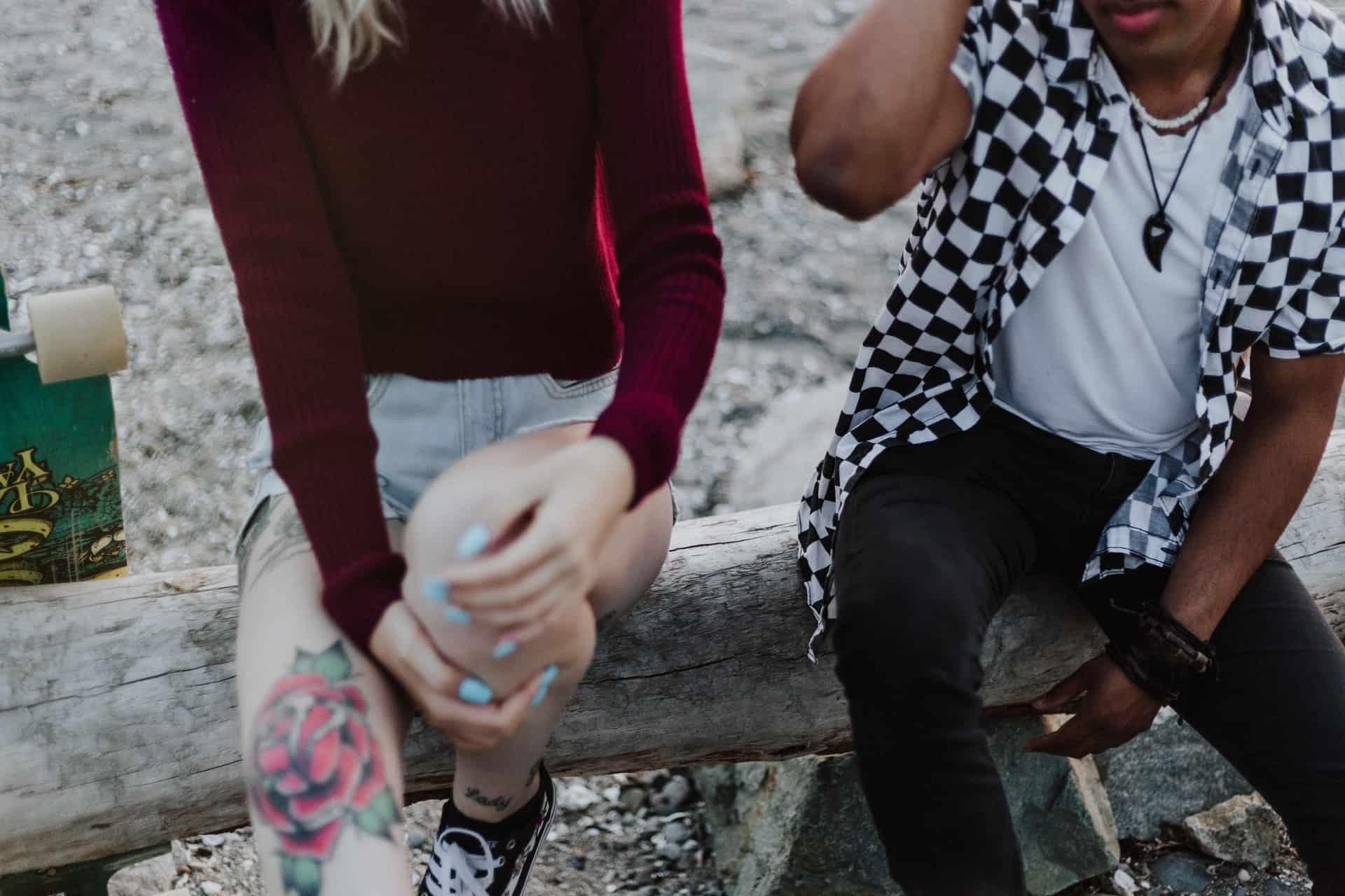 un homme et une femme sont assis sur un arbre et parlent