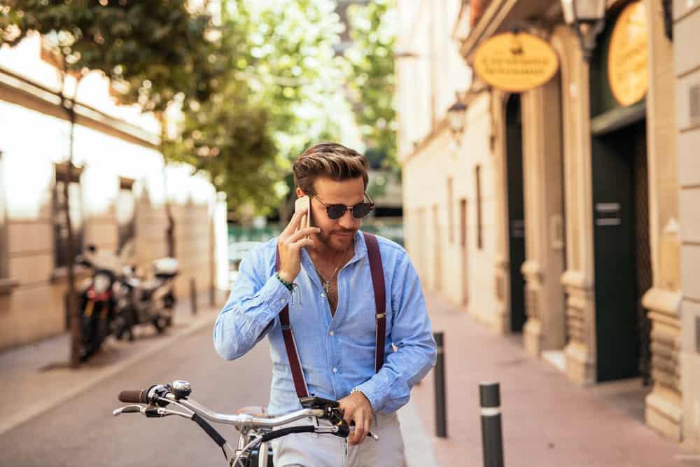 un homme fait du vélo et parle au téléphone