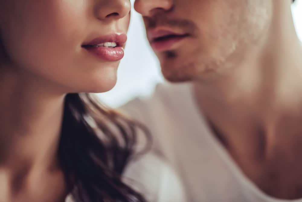 un homme veut embrasser une femme