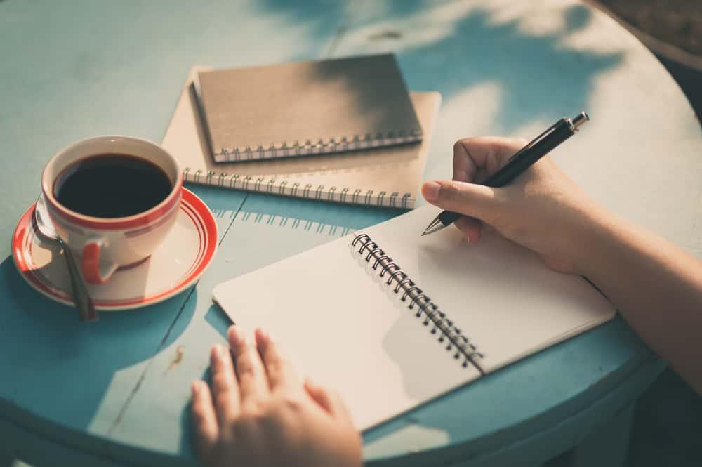 une femme avec du café écrit