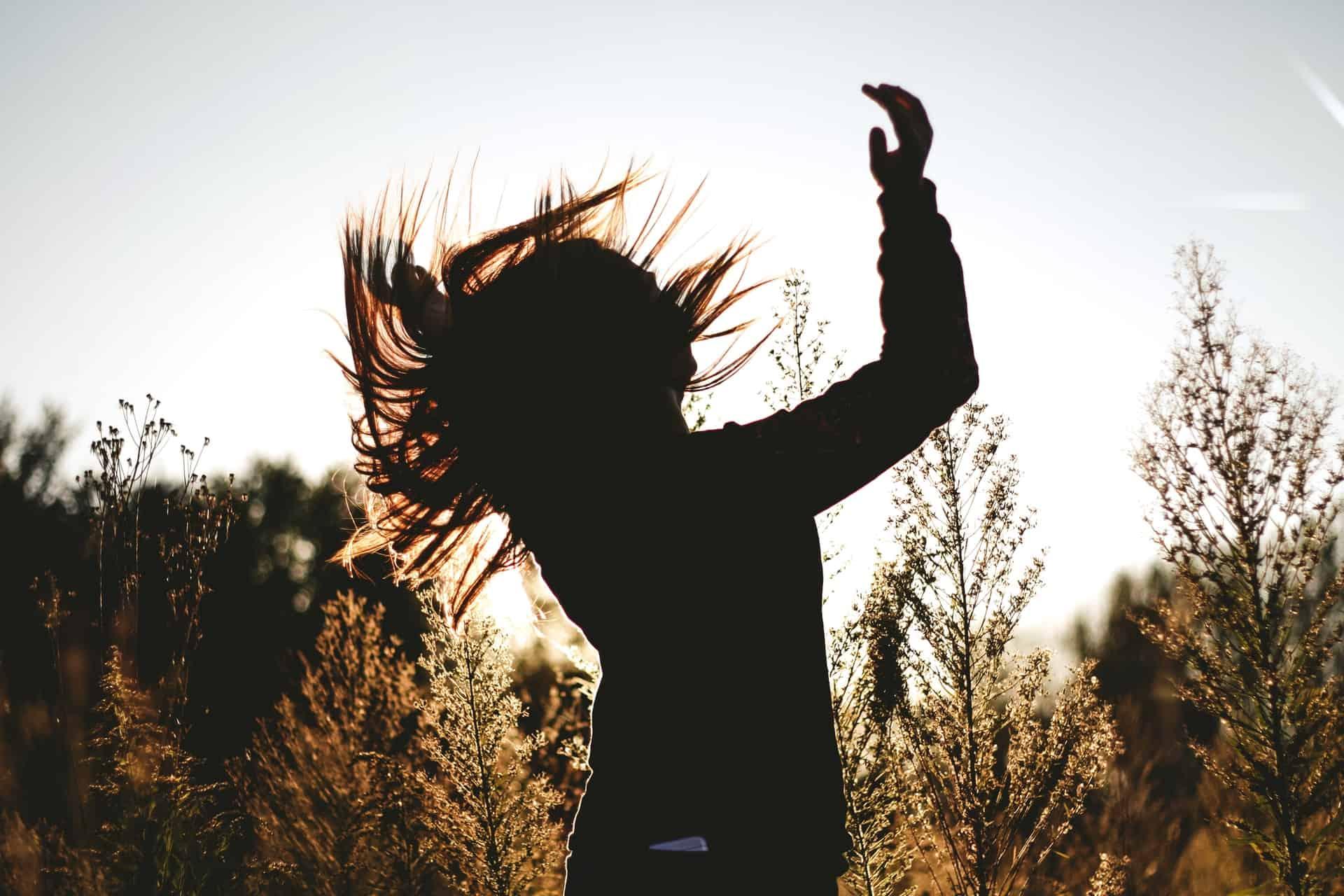 une femme danse dans la nature