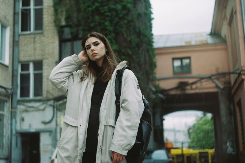 une femme debout dans la rue