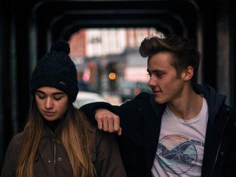 l'homme posa sa main sur l'épaule de la femme