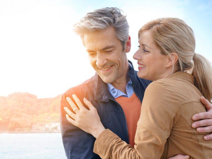 Couple d'âge moyen s'embrassant au bord de la mer