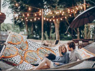 un couple amoureux couché dans une balançoire câlins et bisous