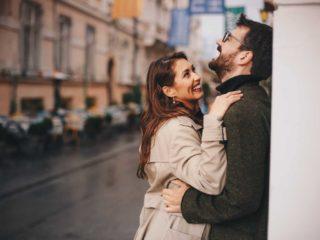 un couple souriant amoureux s'embrassant