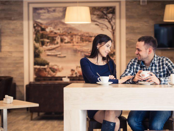 un homme et une femme parlent et rient