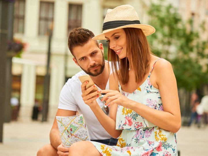 touche femme au téléphone un homme est assis à côté d'elle