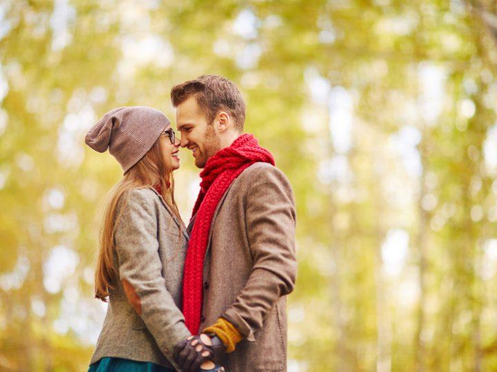 un homme et une femme embrassant main dans la main
