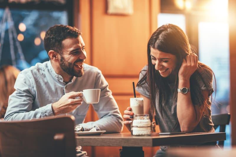 Couple amoureux romantique, boire du café