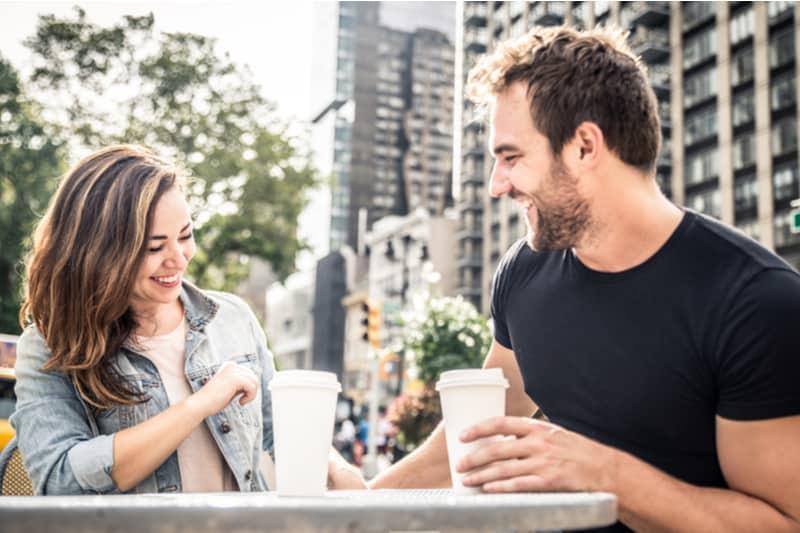Couple dans un bar de café