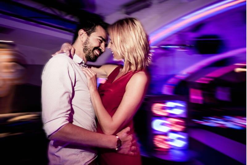 Couple dansant dans un club