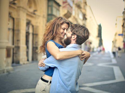 un homme et une femme embrassant sur la route