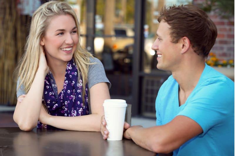 Jeune couple à une date de café